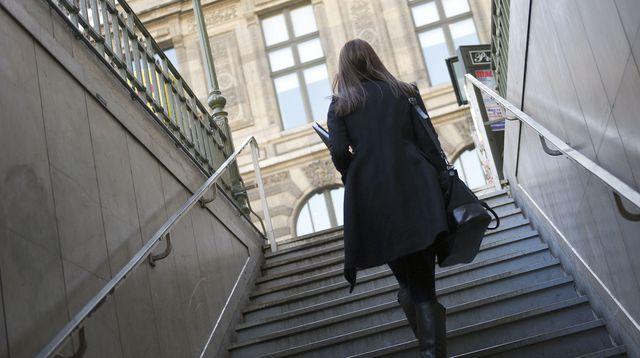 une-femme-monte-l-escalier-pour-aller-chez-moi